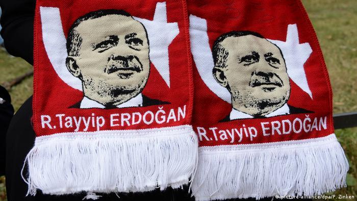 Erdogan-Schal auf einer Demonstration gegen den Putsch in der Türkei (Bild: dpa)