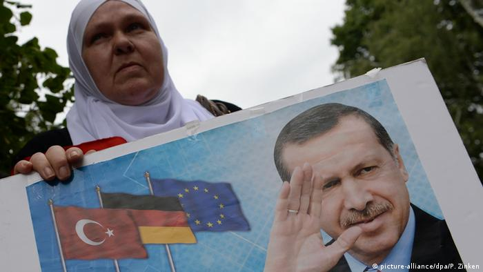 Türken in Berlin gegen den Putsch (picture-alliance/dpa/P. Zinken)