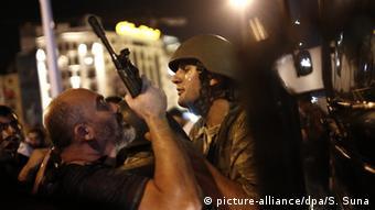 Erdoğan'ın çağrısıyla sokağa çıkanlar askerlere direnmişti.