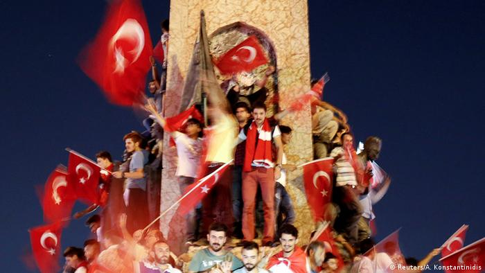 Türkei Nach dem Militärcoup Erdogan-Anhänger protestieren in Ankara (Reuters/A. Konstantinidis)