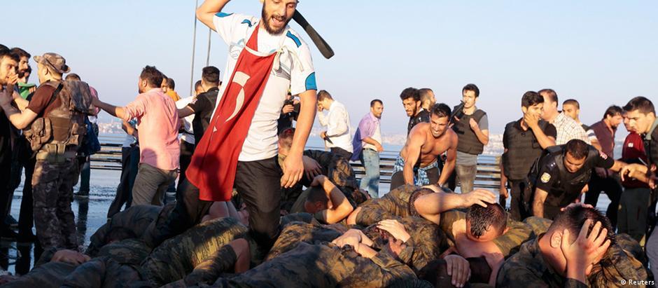 Soldados são espancados por civis após golpe fracassado na Turquia