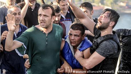 Türkei Nach dem Militärcoup Soldaten werden von Bürger geschlagen