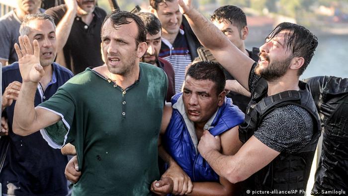 Türkei Nach dem Militärcoup Soldaten werden von Bürger geschlagen (picture-alliance/AP Photo/S. Samiloglu)