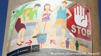 Με τέτοιες πινακίδες προσπαθούν οι ντόπιοι να απαγορεύσουν τη μέθη )