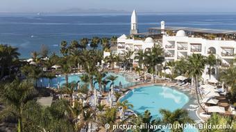 Η Λανθαρότε ζει από τον τουρισμό. Οι μισθοί του προσωπικού ξενοδοχείων είναι όμως υπερβολικά χαμηλοί.