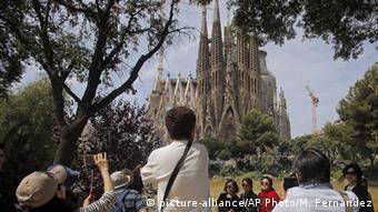 Туристы в Барселоне фотографируются на фоне собора