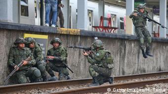 Soldados do Exército simulam ação contraterrorismo no Rio de Janeiro