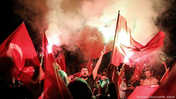 Демонстрация против путчистов в Стамбуле