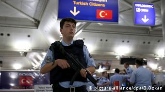 Το αεροδρόμιο Ατατούρκ της Κωνσταντινούπολης - ο αριθμός των συλλήψεων έχει αυξηθεί από το αποτυχημένο πραξικόπημα του Ιουλίου 2016