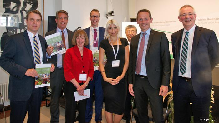 Architects of the Food Loss and Waste Protocol (FLW) at 3GF in Copenhagen, from left to right: Craig Hanson, Global Director of Food, Forests & Water; Michiel Kernkamp, CEO Nestlé Nordic; Dr. Liz Goodwin, CEO at WRAP; Dr. Toine Timmermans, Wageningen UR; Selina Juul, Stop Wasting Food; Dr. Ren Wang, Assistant Director-General FAO; H.E. Kristian Jensen, Minister of Foreign Affairs, Denmark; Dr. Andrew Steer, President World Resources Institute (Photo: DW/I. Hell)