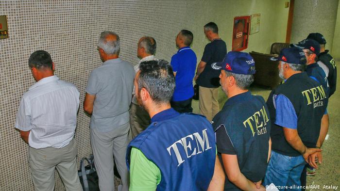 Türkei Izmir Verhaftungen nach Putschversuch (picture-alliance/AA/E. Atalay)