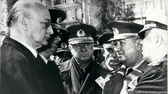 prime minister and generals talking (c) Imago/ZUMA/Keystone