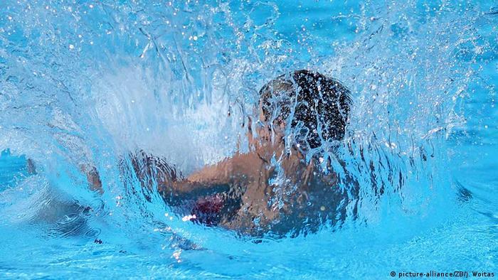 Ein Junge springt ins Wasser (Foto: picture-alliance/ZB/J. Woitas)