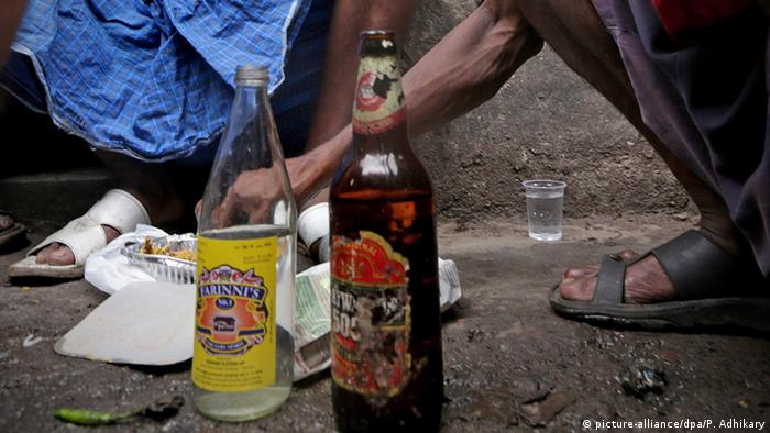 Indien Illegal gebrannter Schnaps Country-made (picture-alliance/dpa/P. Adhikary)