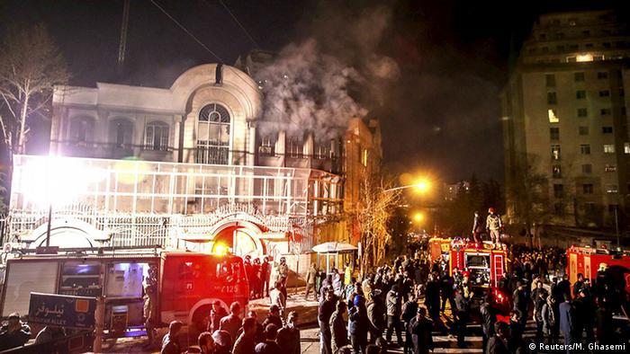 Manifestantes iranianos ateiam fogo à embaixada da Arábia Saudita em Teerã (janeiro de 2016)