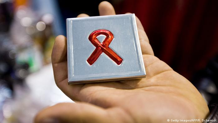 AIDS HIV rote Schleife (Getty Images/AFP/R. Schemidt)
