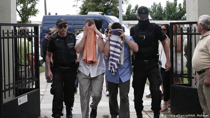 Сбежавших в Грецию турецких солдат доставляют в греческий суд