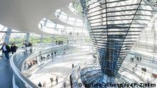 Bildergalerie Acht Touristen-Magnete in Deutschland Goldgelb strahlt am 12.07.2016 in Berlin am Abend der Reichstag im Licht der untergehenden Sonne. Foto: Paul Zinken/dpa | Verwendung weltweit (c) picture-alliance/dpa/P. Zinken