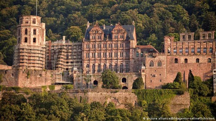 """Romantični dvorac, delom u ruševinama koji se nalazi nad rekom Nekar inače posećuje oko 4.000 turista na dan. Sad ih je upola manje, ali upravnik dvorca Mihael Bez se ne ljuti mnogo zbog manje prodatih ulaznica: """"Sad možete da doživite dvorac na poseban način."""""""