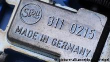 Made in Germany steht auf der Unterseite eines Spielzeugautos der Marke Siku, aufgenommen am 16.01.2009 in Straubing (Niederbayern). Foto: Armin Weigel dpa/lby +++(c) dpa - Report+++ | Verwendung weltweit
