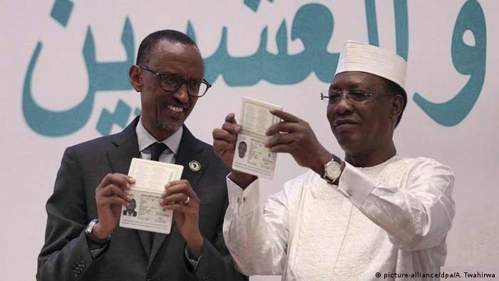 Tschads Präsident Idriss Deby und Ruandas Präsident Paul Kagame stellen den neuen Reisepass vor (Archivbild)