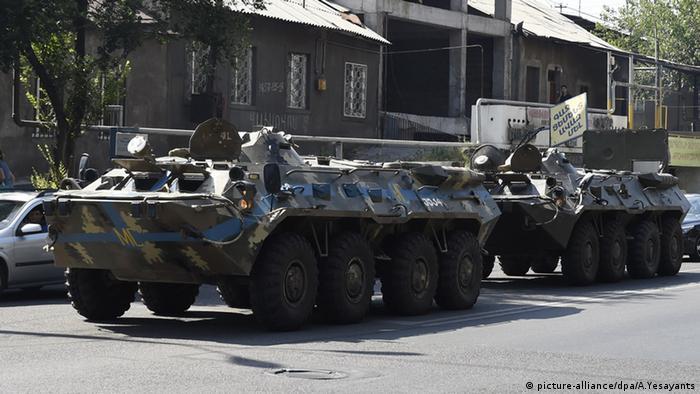 Спецтехника на месте проведения операции по освобождению заложников в Ереване