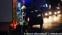 Ein Feuerwehrmann steht am 18.07.2016 in Würzburg (Bayern) an einer Straßenabsperrung. Ein Mann hat in einem Regionalzug Reisende angegriffen und laut Polizei mehrere Menschen lebensgefährlich verletzt. Foto: Karl-Josef Hildenbrand/dpa +++(c) dpa - Bildfunk+++ Copyright: picture-alliance/dpa/K.-J. Hildenbrand