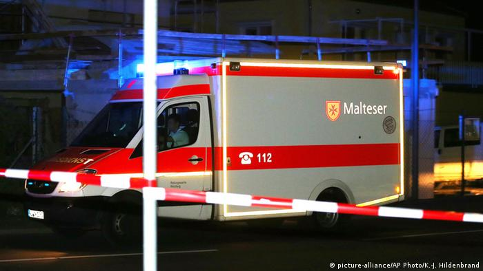 Машина скорой помощи близ места преступления под Вюрцбургом