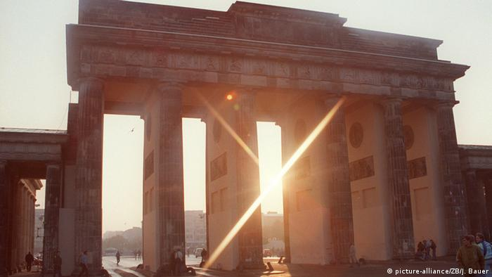 Brandenburg Gate in the 1990s (picture-alliance/ZB/J. Bauer)