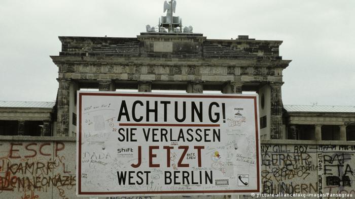 Brandenburger Tor Warnschild 'Achtung ! Sie verlassen jetzt West Berlin', copyright: picture-alliance/akg-images/Pansegrau