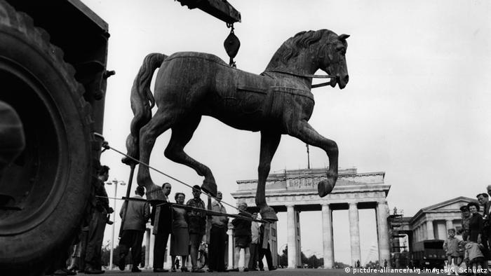 Реконструкция Скульптуру пришлось восстанавливать. В данном вопросе Восточный и Западный Берлин, несмотря на политическое противостояние, пошли на сотрудничество. Для этого использовали слепки, изготовленные во время войны незадолго до начала массированных бомбардировок Берлина. Точную копию квадриги установили в 1957 году. Однако вскоре власти ГДР внесли коррективы: убрали крест и прусского орла.