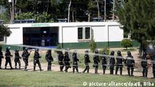 epa05431159 Police enter to the Granja Penal Pavón prison center where five inmates were killed in a riot in the Pavon maximum security prison, located in the municipality of Fraijanes, Guatemala, on 18 July 2016. EPA/ESTEBAN BIBA | © picture-alliance/dpa/E. Biba
