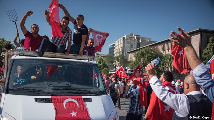 Turcii seculari  izolați în epoca post-lovitură de stat
