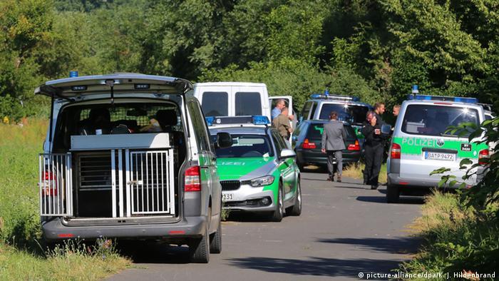 Polizeikräfte auf einem Feldweg bei Würzburg - nach dem Axtangriff im Zug (Foto: dpa)
