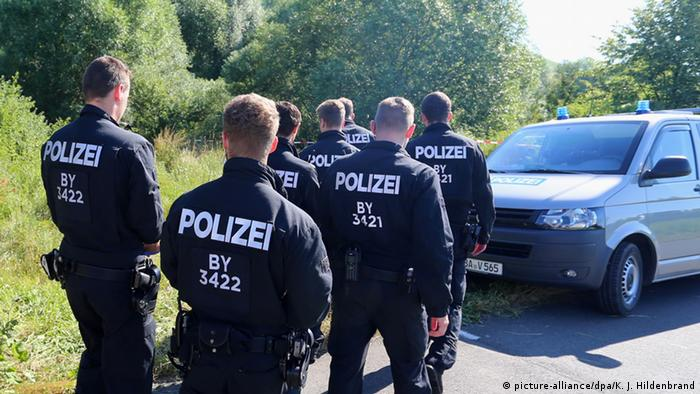 German police in woods close to Würzburg. (Photo: picture-alliance/dpa/K. J. Hildenbrand)