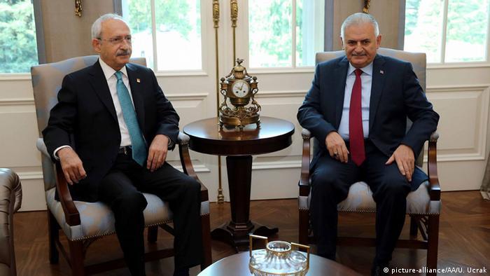 Reunión de Kilicdaroglu y Yildrim (der.).