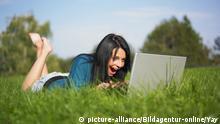 Frau mit Laptop im Park