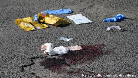 Blood, plastic garbage on asphaltk (picture-alliance/dpa/K. Hildenbrand)