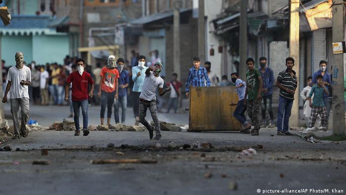 Anti-indische Demonstranten in Srinagar werfen Steine in Richtung Polizisten (Foto: AP)