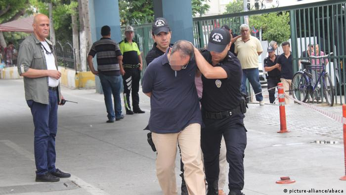 Prisão após tentativa de golpe fracassada na Turquia