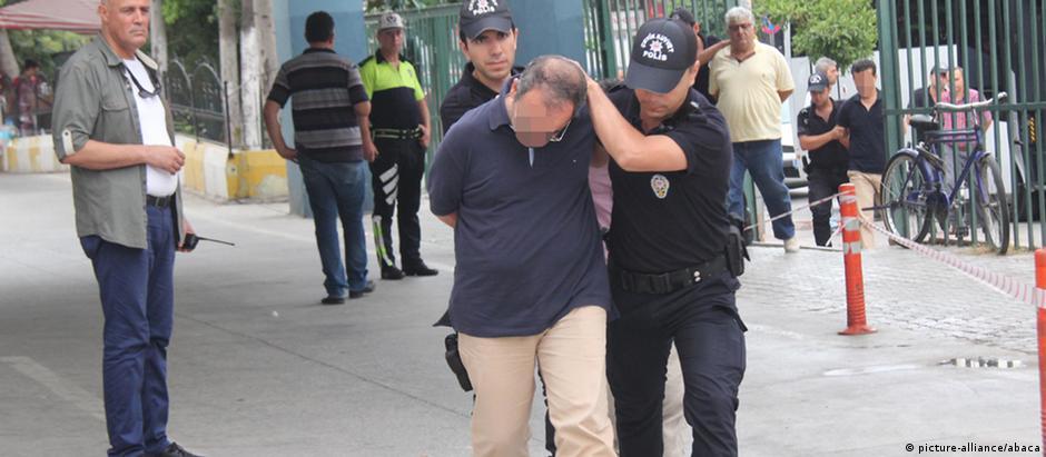 Militares são detidos na cidade turca de Mersin, acusados de envolvimento na tentativa de golpe
