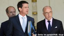 19.7.2016 *** French Prime Minister Manuel Valls (L) and French Interior Minister Bernard Cazeneuve (R) talk as they leave a cabinet meeting at the Elysee Presidential Palace in Paris, on July 19, 2016. / AFP / BERTRAND GUAY (Photo credit should read BERTRAND GUAY/AFP/Getty Images) Copyright: Getty Images/AFP/B. Guay
