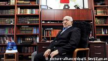25.3.2014 *** ARCHIV - A handout picture made avaliable on 25 March 2014 provided by Zaman Turkish Daily newspaper shows Fethullah Gulen, an Islamic opinion leader and founder of the Gulen movement, poses during an interview at his residence in Pennsylvania, USA, 15 March 2014. EPA/SELAHATTIN SEVI/ZAMAN DAILY NEWSPAPER / HANDOUT EDITORIAL USE ONLY (Zu dpa Vom Verbündeten zum Widersacher Erdogans - Fethullah Gülen vom 31.03.2014) +++(c) dpa - Bildfunk+++ Copyright: picture-alliance/dpa/S. Sevi/Zaman