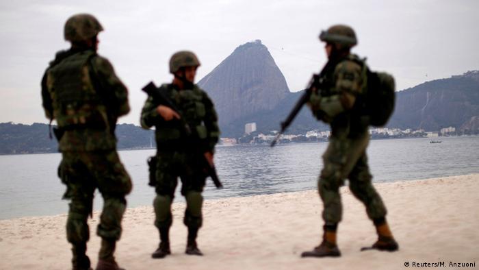 Notícias negativas como violência e intervenções federais como no Rio (foto) mancham imagem brasileira no exterior