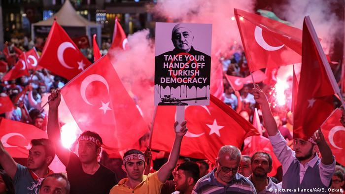Türkei Istanbul AKP Anhänger Anti Gülen Plakat