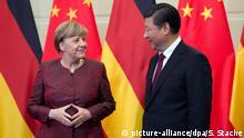 ARCHIV - Der Staatspräsident der Republik China, Xi Jinping, begrüßt Bundeskanzlerin Angela Merkel (CDU) am 29.10.2015 in Peking (China) im Gästehaus der chinesischen Regierung. Foto: Soeren Stache/dpa zu dpa Erdogan, Putin, Sisi&Co.: Deutschlands schwierigste Gesprächspartner vom 19.07.2016) +++(c) dpa - Bildfunk+++ | Verwendung weltweit| Copyright: picture-alliance/dpa/S. Stache