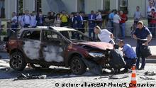20.07.2016 Forensic experts examine the wreckage of a burned car in Kiev, Ukraine, Wednesday, July 20, 2016. Pavel Sheremet, 44-year old Belarusian-born prominent journalist was killed in a car bombing in Ukraine's capital, Kiev. (AP Photo/Sergei Chuzavkov) | Copyright: picture-alliance/(AP Photo/S. Chuzavkov