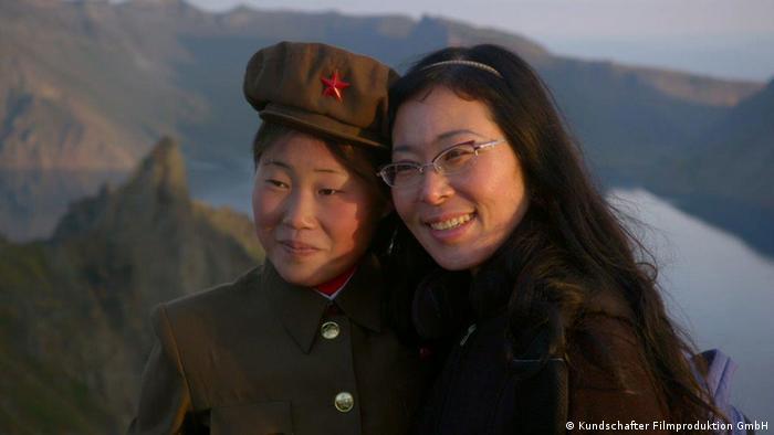Regisseurin Sung-Hyung Cho mit einer Nordkoreanerin bei den Dreharbeiten im Land (Foto: Kundschafter Filmproduktion GmbH)
