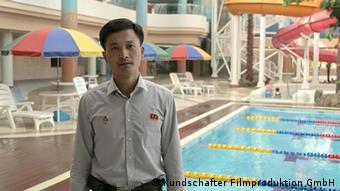 Bademeister in Pjöngjang vor leerem Schwimmbecken (Foto: Kundschafter Filmproduktion GmbH)