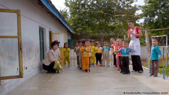 Erzieherinnen mit Kindergruppe vor einem Gebäude (Foto: Kundschafter Filmproduktion GmbH)